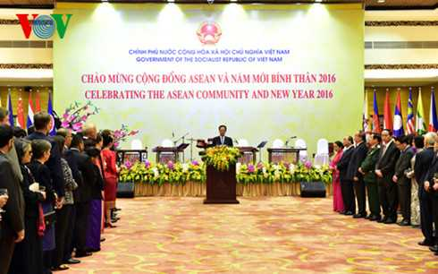 Thủ tướng Nguyễn Tấn Dũng phát biểu trước các đoàn ngoại giao, các vị Đại sứ, Trưởng đại diện các tổ chức quốc tế trong buổi tiệc chào mừng Cộng đồng ASEAN và năm Bính Thân 2016.
