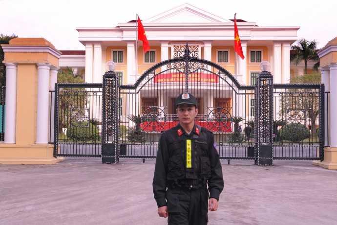 Lực lượng CSCĐ bảo vệ trước trụ sở Ban Chấp hành Trung ương Đảng (Số 1A Hùng Vương, Hà Nội) chiều 11/1