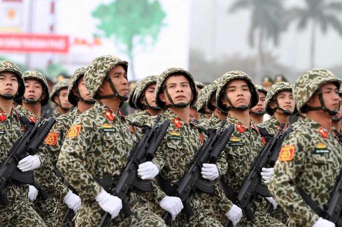 Trước đó, trong lễ xuất quân (ngày 9/1) tại SVĐ Quốc gia Mỹ Đình, nhiều lực lượng an ninh đã diễu hành thể hiện quyết tâm bảo vệ tuyệt đối thành công của Đại hội (Trong ảnh: Bộ đội đặc công Bộ Tư lệnh thủ đô Hà Nội tham gia lễ xuất quân)