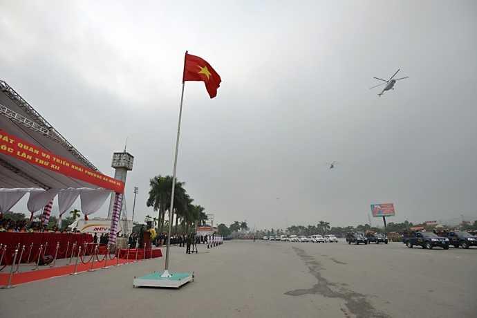 Trực thăng của Trung đoàn Không quân 916, trực thuộc Sư đoàn 371 Quân chủng Phòng không không quân tuần tiễu 2 vòng trước quảng trường sân vận động quốc gia Mỹ Đình