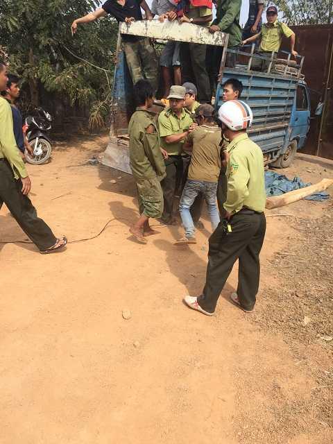 Các nam thanh niên tranh chấp gỗ khi lực lượng làm nhiệm vụ (Ảnh: Quang Tùng)