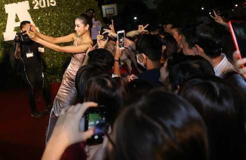 Hoa hậu Hoàn vũ 2015 thu hút mọi sự chú ý trong lần xuất hiện.