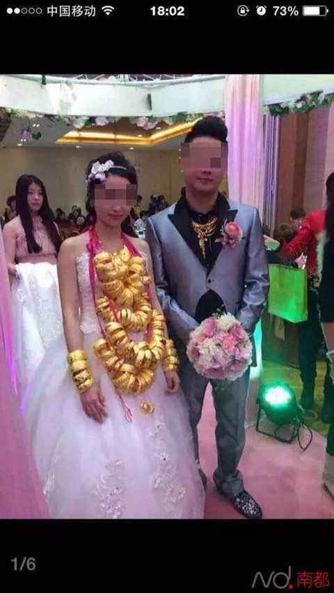 Cô dâu đeo nhiều vòng vàng trên cổ