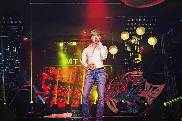 Với giọng hát đẹp, đầy nội lực cùng phong cách máu lửa, Nathan Lee đã cống hiến cho khán giả một đêm nhạc thật sự đã tai, đã mắt.