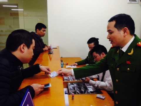 Người dân đến trụ sở PC64 nhận thẻ căn cước công dân theo giấy hẹn