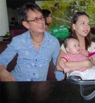 Nhạc sĩ Đức Huy bên cạnh vợ trẻ và con trai nhỏ tuổi