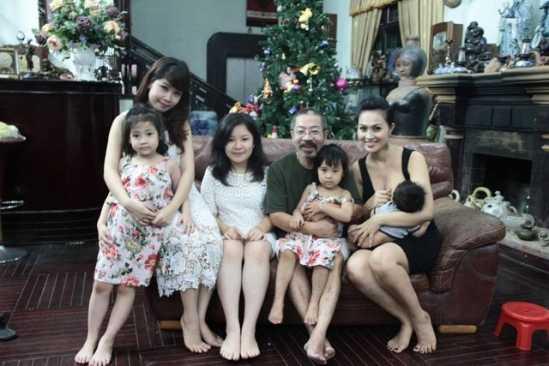 Lê Hùng và bà xã Hoài Thu (phải) cùngcác con