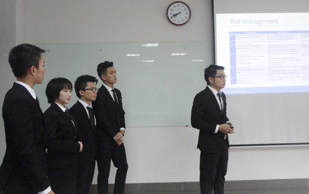 Thành viên trong nhóm Carbase Index thuyết trình về sản phẩm