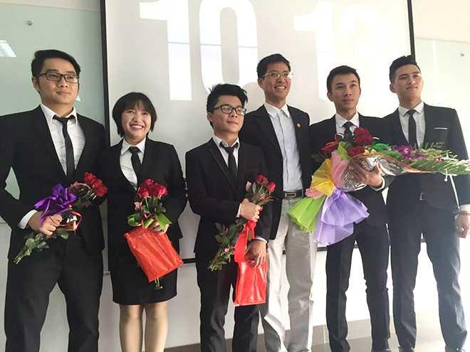Các thành viên nhóm đồ án Carbase Index cùng giảng viên hướng dẫn Nguyễn Tất Trung.