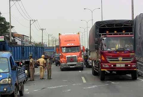 Lực lượng chức năng phân luồng giao thông qua khu vực.