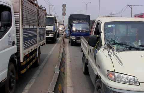 Kẹt xe kéo dài khoảng 4 km từ cầu vượt An Sương đến trạm thu phí.