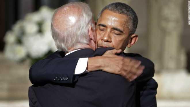 Tổng thống Obama động viên Phó Tổng thống Biden trong lễ tang người con trai thứ 2 của ông, qua đời vì ung thư não