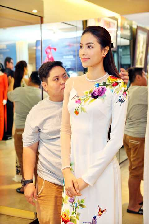 Có mặt trong buổi thử trang phục, hoa hậu Phạm Hương xuất hiện rạng rỡ với nụ cười thường trực. Cô được nhà thiết kế Đinh Văn Thơ chọn cho những mẫu thiết kế đẹp nhất để trình diễn trong show sắp tới.