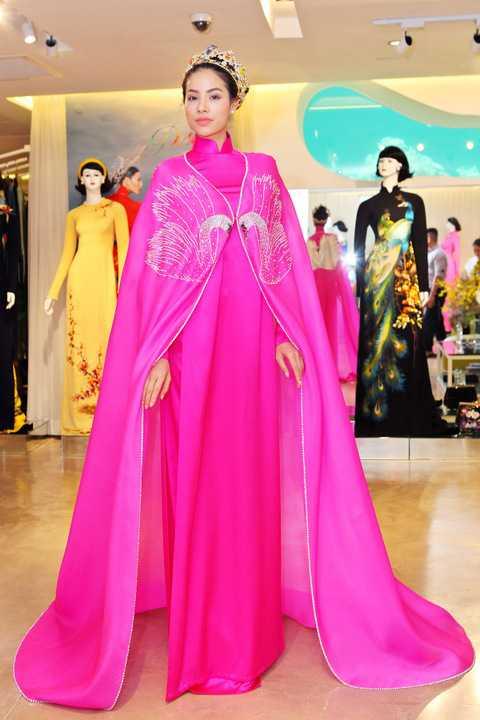 """Chia sẻ về show diễn sắp tới, Nhà thiết kế Đinh Văn Thơ cho biết: """"Tới thời điểm này chúng tôi đã gần như hoàn tất những công đoạn cuối cùng cho show diễn sắp tới. Hi vọng đây sẽ là đêm diễn đặc biệt, làm hài lòng tất cả những người yêu áo dài Việt""""."""