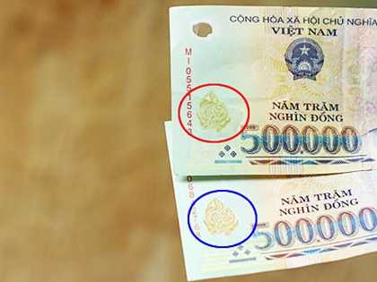 Các chi tiết đổi màu OVI của tờ tiền giả (phía trên) không có hiệu ứng đổi màu rõ rệt như ở tờ tiền thật (phía dưới)
