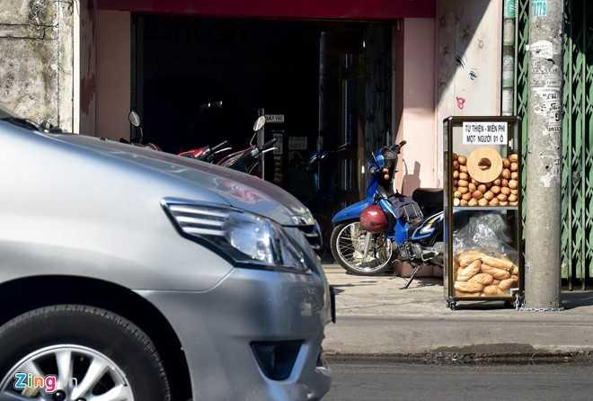 Người Sài Gòn đã quen dần với trà đá, sửa giày, tủ thuốc, cơm... miễn phí. Mới đây mảnh đất phía nam này lại xuất hiện một tủ bánh mì miễn phí nằm lặng lẽ bên lề đường.