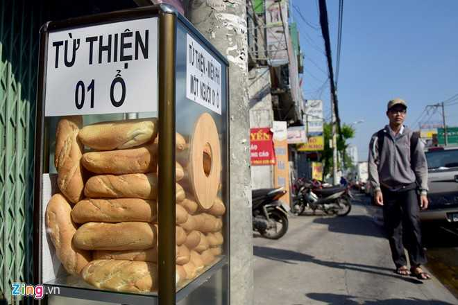 Hình thức này xuất hiện gần 2 tuần nay bên đường Xô Viết Nghệ Tĩnh (quận Bình Thạnh, TP HCM). Không có người bán, không ai trông coi, ai cũng có thể lấy ăn lót dạ.