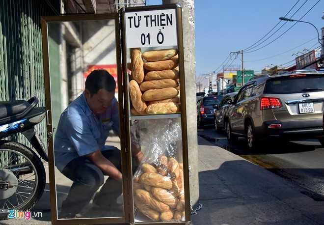 Anh Lương (nhân viên bảo vệ) là người đặt thêm bánh vào tủ mỗi khi hết.