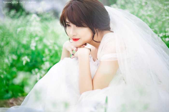Trong bộ ảnh mới chụp tại vườn cải giữa Thủ đô, cô trở nên cuốn hút hơn khi khoác trên mình bộ váy trắng tin khôi.