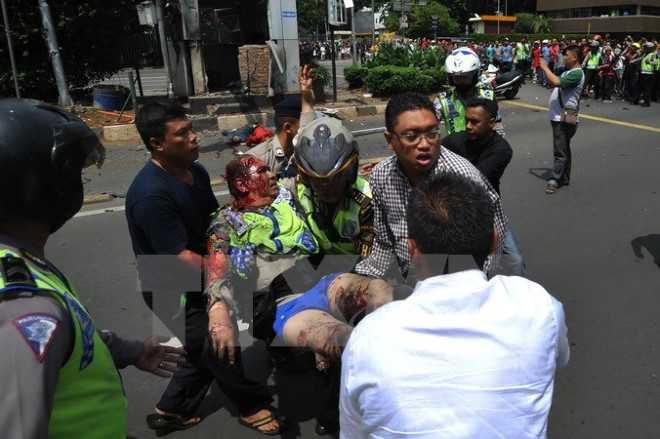 Một cảnh sát bị thương trong vụ nổ ở Jakarta. (Ảnh: AFP/TTXVN)