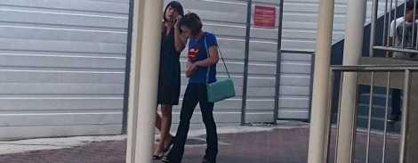 Bị cáo Nguyen Thi Yen mặc áo màu xanh rời tòa ngày 12-1. (Nguồn: Yahoo)