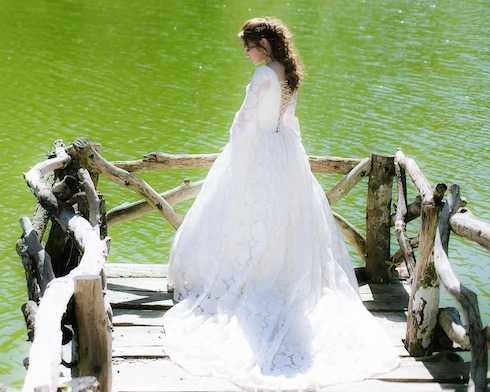 Mỹ Tâm diện đầm cưới cắt xẻ sexy trong MV mới.