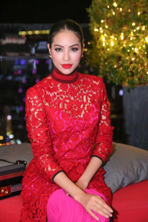 Được biết, bộ đầm ren đỏ Salvatore Ferragamo trị giá khoảng 5000USD.