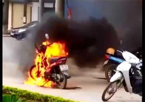 Chiếc xe máy bốc cháy ngùn ngụt gần bốt CSGT TP Thái Bình - Ảnh cắt từ clip