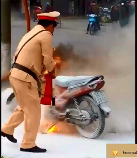 CSGT phải dùng bình cứu hỏa mini dập lửa - Ảnh cắt từ clip