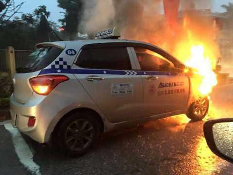 Chiếc taxi bốc cháy ngùn ngụt sáng rực cả một góc phố