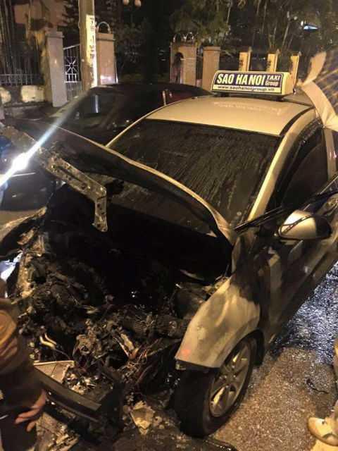Taxi bị thiêu rụi. Ảnh: Facebook
