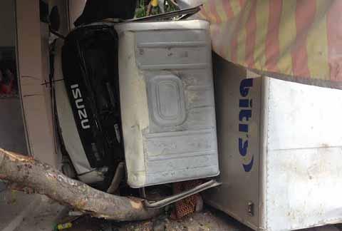 Chiếc xe tông sầm vào quán phở, lật ngang trên vỉa hè