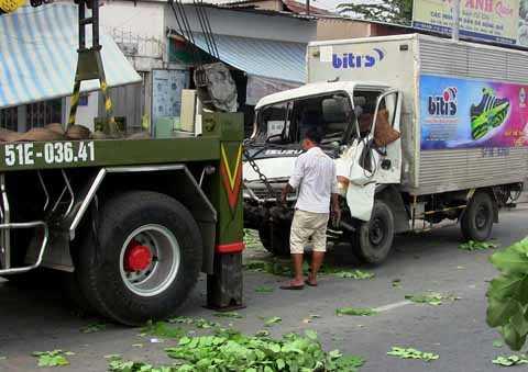 Lực lượng cứu hộ giải cứu chiếc xe tải.