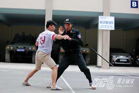 Luyện tập tình huống trấn áp đối tượng có gậy, dao, các vũ khí có tính sát thương cao