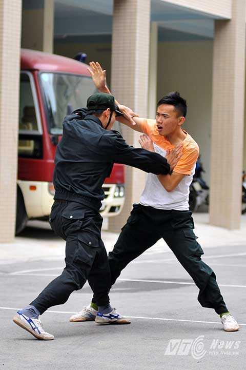 Những chiến sĩ tinh nhuệ thường xuyên luyện tập các tình huống đối kháng trên sàn bê tông chứ không phải thảm mềm bởi như vậy mới sát với thực tế cuộc sống