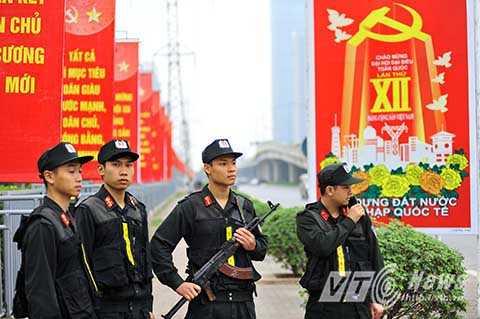 Những chiến sĩ ưu tú thuộc Đại đội Cảnh sát Đặc nhiệm, Trung đoàn Cảnh sát Cơ động, CATP Hà Nội tuần tra bảo vệ, trước thềm Đại hội Đảng XII