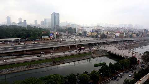 Nút giao Cầu Giấy là nút giao lớn và khá   phức tạp, thường xuyên xảy ra ùn ứ giao thông và cũng là nơi nhiều công   trình đang thi công đan xen