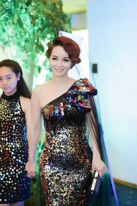 Mai Thu Huyền cũng xuất hiện với chiếc đầm sequin lệch vai