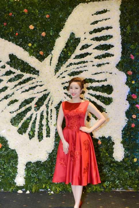 Nữ ca sỹ Bảo Thy lại chọn cho mình chiếc đầm chữ A rực rỡ