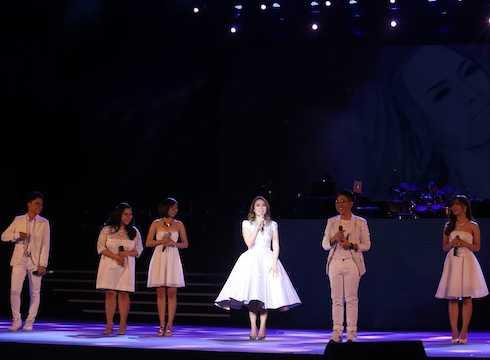 Mỹ Tâm và các học trò The Voice hát 'Ước gì' mở màn đêm nhạc.