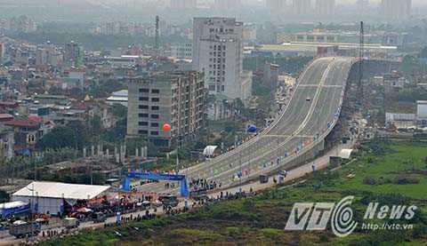 Cầu vượt nút giao thông trung tâm quận Long Biên được UBND TP Hà Nội phê duyệt với quy mô. cầu vượt trực thông 6 làn xe cơ giới (3 làn hướng đường Nguyễn Văn Linh - đường 5 kéo dài. Tổng chiều dài cầu vượt 809,7m, trong đó cầu chính 310m, đoạn dẫn 499,7m). Đây là công trìnhhiện đại giúp giảm ùn tắc giao thông cũng như tạo điểm nhấn kiến trúc ở khu vực cửa ngõ Thủ đô