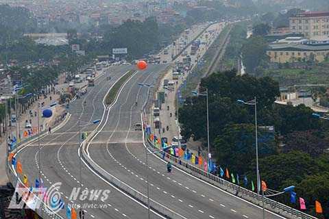 Với 6 làn xe chạy, tốc độ thiết kế của cầu vượt hướng Đông Trù - Nguyễn Văn Linh và đường nội đô hai bên cầu vượt khác nhau (trên cầu vượt là 80km/giờ, còn đường nội đô phía dưới là 50km/giờ). Tổng đầu tư là 2.847 tỷ đồng. Công trình được khởi công tháng 5/2015, và hoàn thành chỉ sau 8 tháng thi công, vượt tiến độ dự kiện 5 tháng.