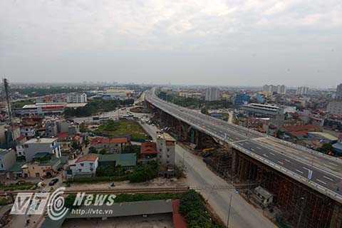 Sau khi thông cầu, bắt đầu từ 11h các phương tiện có thể lưu thông qua nút giao trung tâm quận Long Biên theo hướng dẫn mới của Sở GTVT Hà Nội. Cụ thể, các phương tiện lưu thông theo hướng đi thẳng từ cầu Đông Trù đến Quốc lộ 5 và ngược lại lưu thông qua Cầu vượt Trung tâm quận Long Biên.