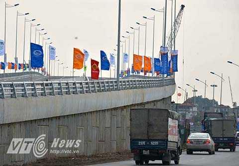 Tất cả phương tiện giao thông còn lại lưu thông từ Quốc lộ 5 đi trung tâm thành phố hoặc Cầu Chui đi theo hướng đường Nguyễn Văn Linh – đường Việt Hưng – đường 30m (ngõ 78 Ngô Gia Tự) – đường Ngô Gia Tự - Cầu Chui hoặc cầu Đuống.