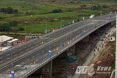 Các hướng giao thông khác qua khu vực nút giao Cầu Chui lưu thông bình thường theo hướng dẫn của lực lượng chức năng và hệ thống biển báo, sơn kẻ đèn tín hiện giao thông tại khu vực nút giao.