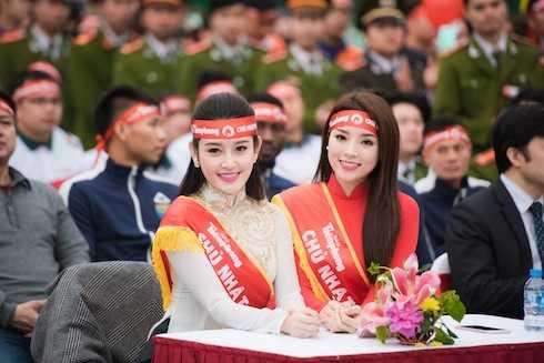 Hoa hậu Kỳ Duyên, Á hậu Huyền My quấn quít như chị em