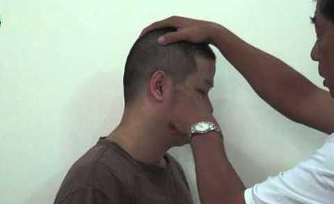 Bác sĩ Dư Quang Châu bấm huyệt để cải thiện chức năng nghe