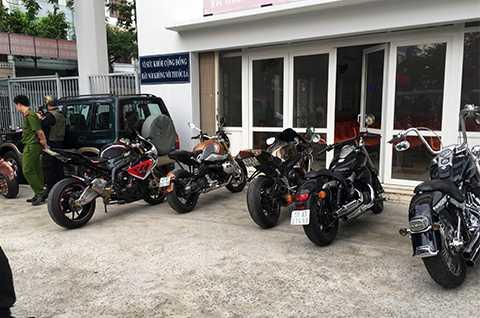 Chiều 17/1, lực lượng CSGT, Công an Đà Nẵng phối hợp cùng cảnh sát bảo vệ và cơ động, cảnh sát trật tự tiến hành chốt chặn và kiểm tra dàn xe môtô khủng dàn hàng ngang, nẹt pô dương oai.
