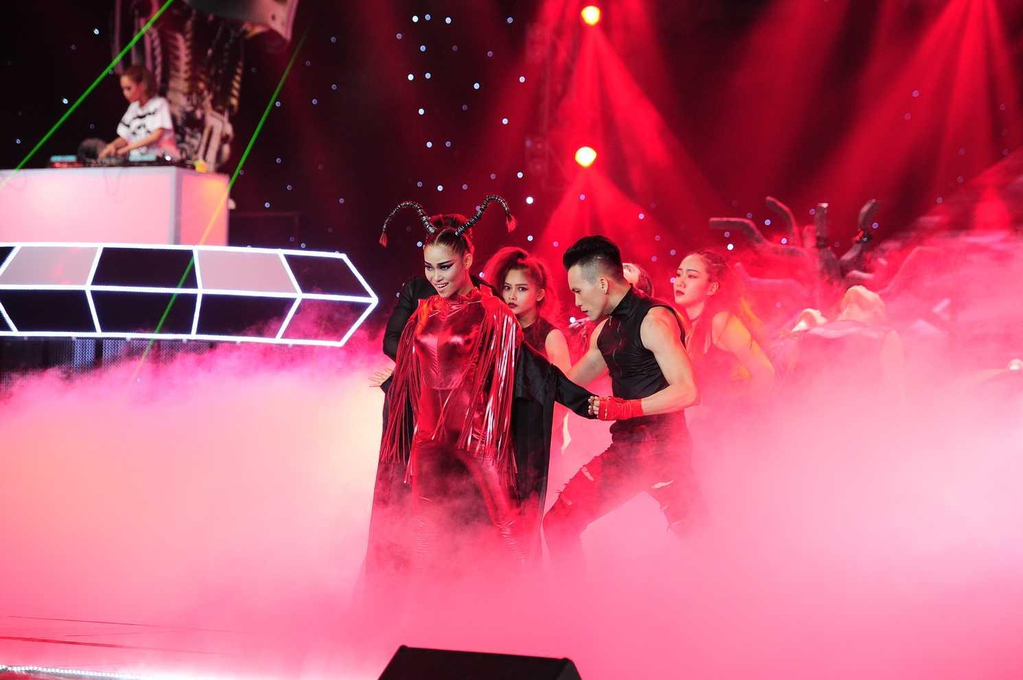 Team ca sĩ Hương Tràm dưới sự dàn dựng của biên đạo Ngọc Linh cùng DJ King Lady đã khiến khán giả bất ngờ với những nhân vật trong câu chuyện kinh hoàng về tử thần