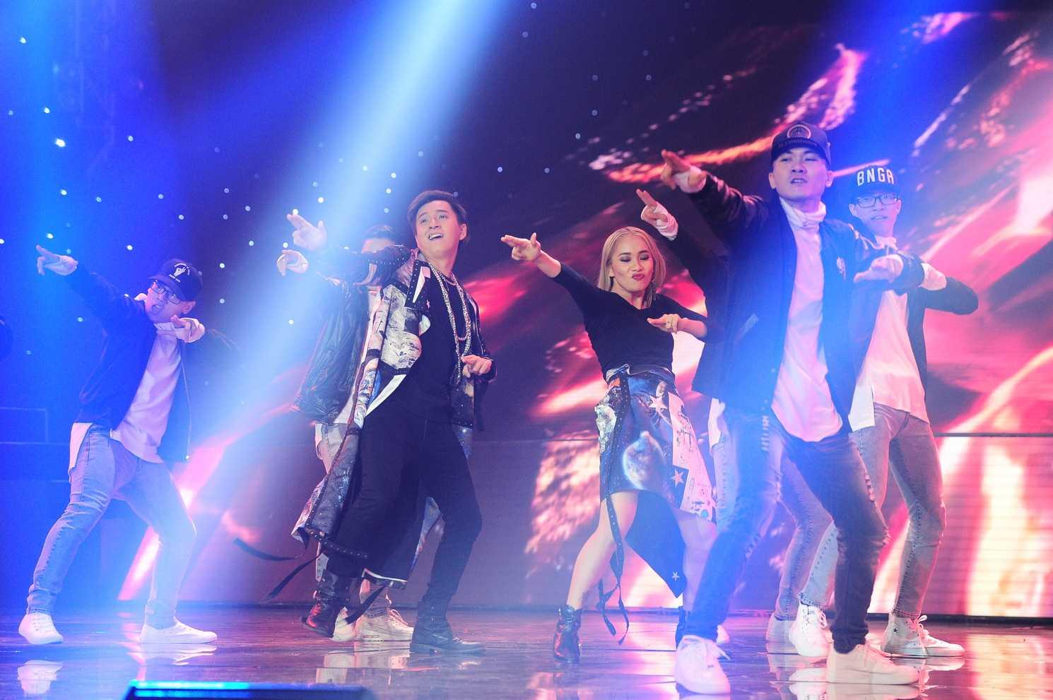 Team Ngô Kiến Huy trổ tài nhảy Dance Sport kết hợp nhảy Hip hop và tạo hình ấn tượng.